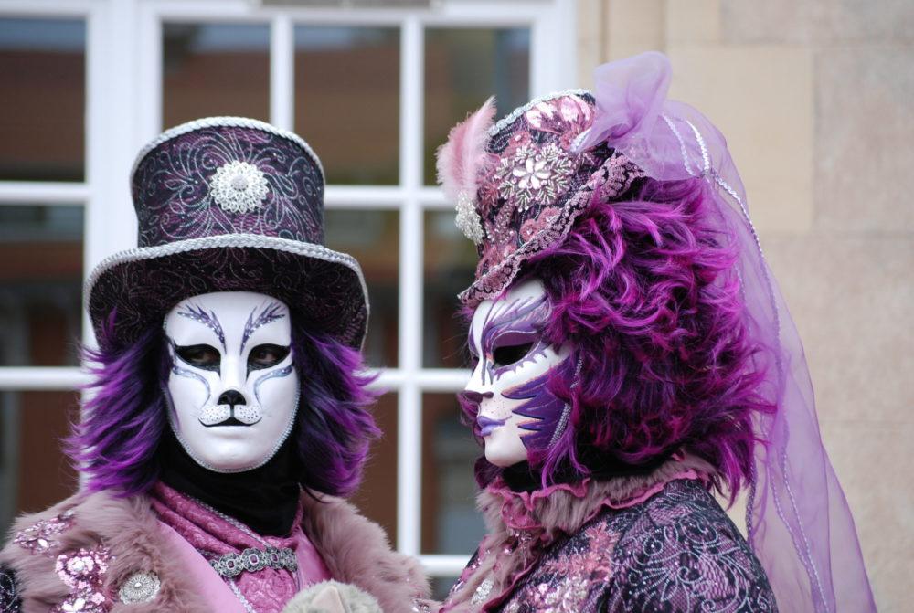 Carnaval vénitien Remiremont AL - Couple costumés chat violet