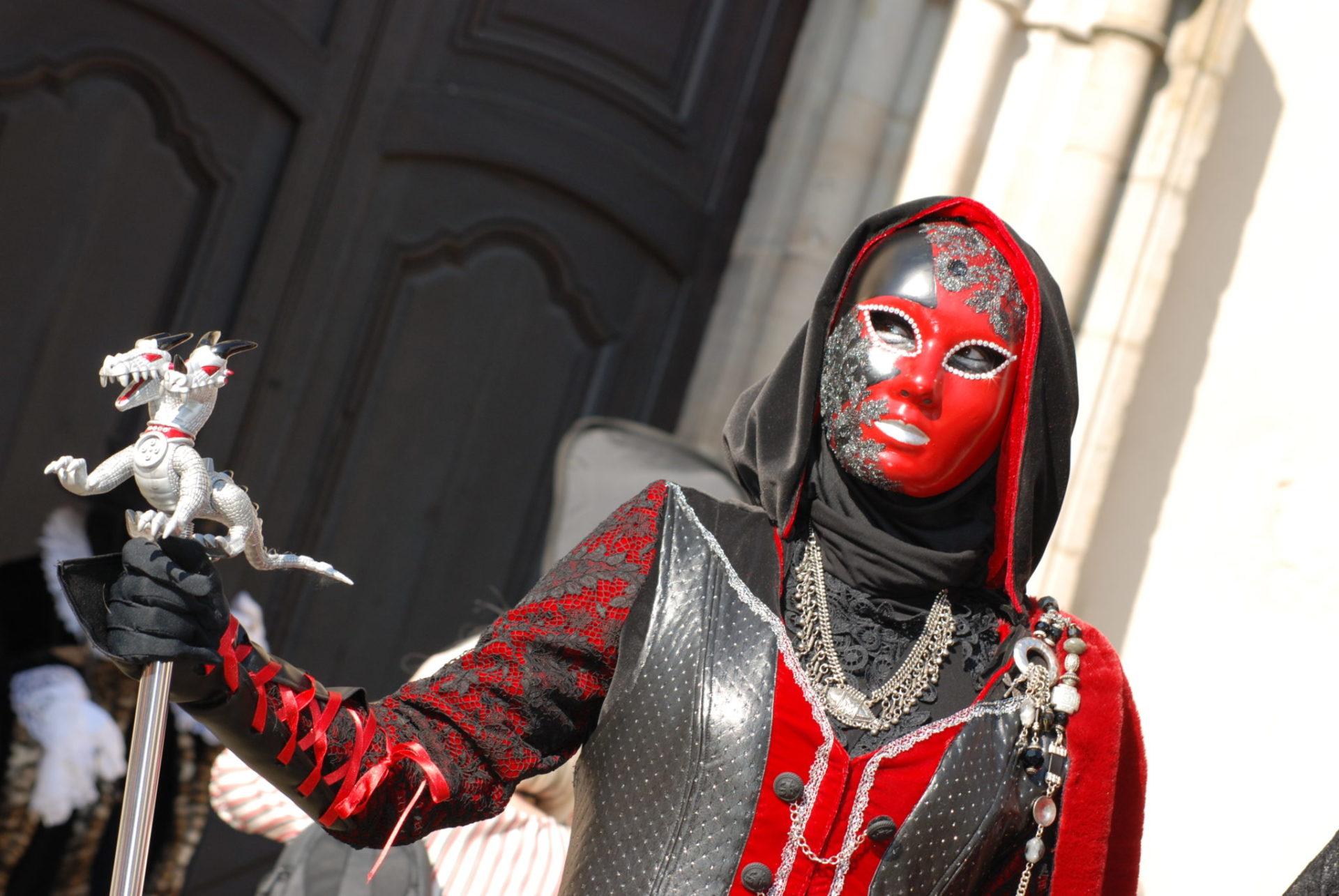 La guerrière en rouge et noir - Photo A.Leclerc