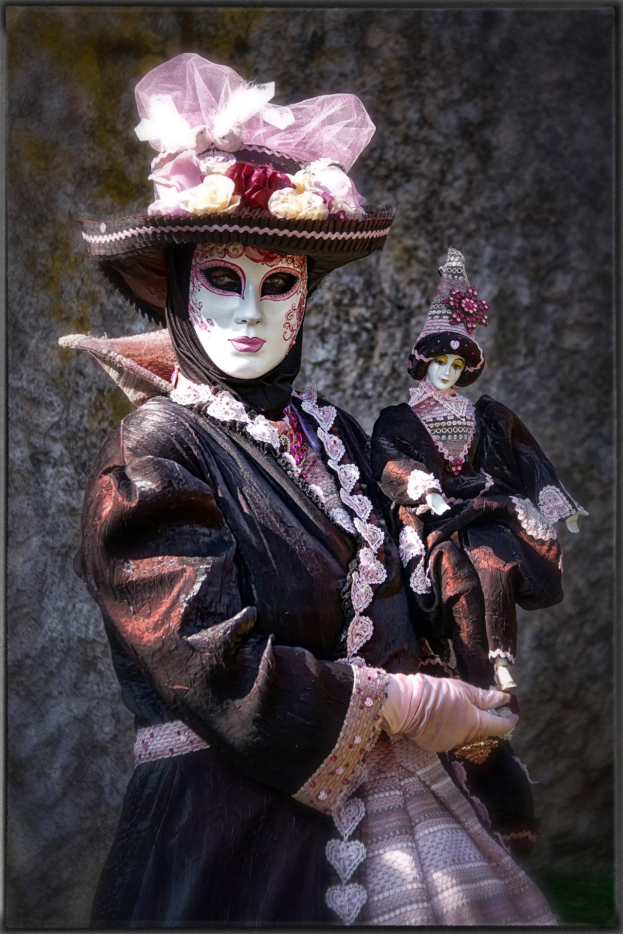 Costumée et poupée-Photo J.Monnin