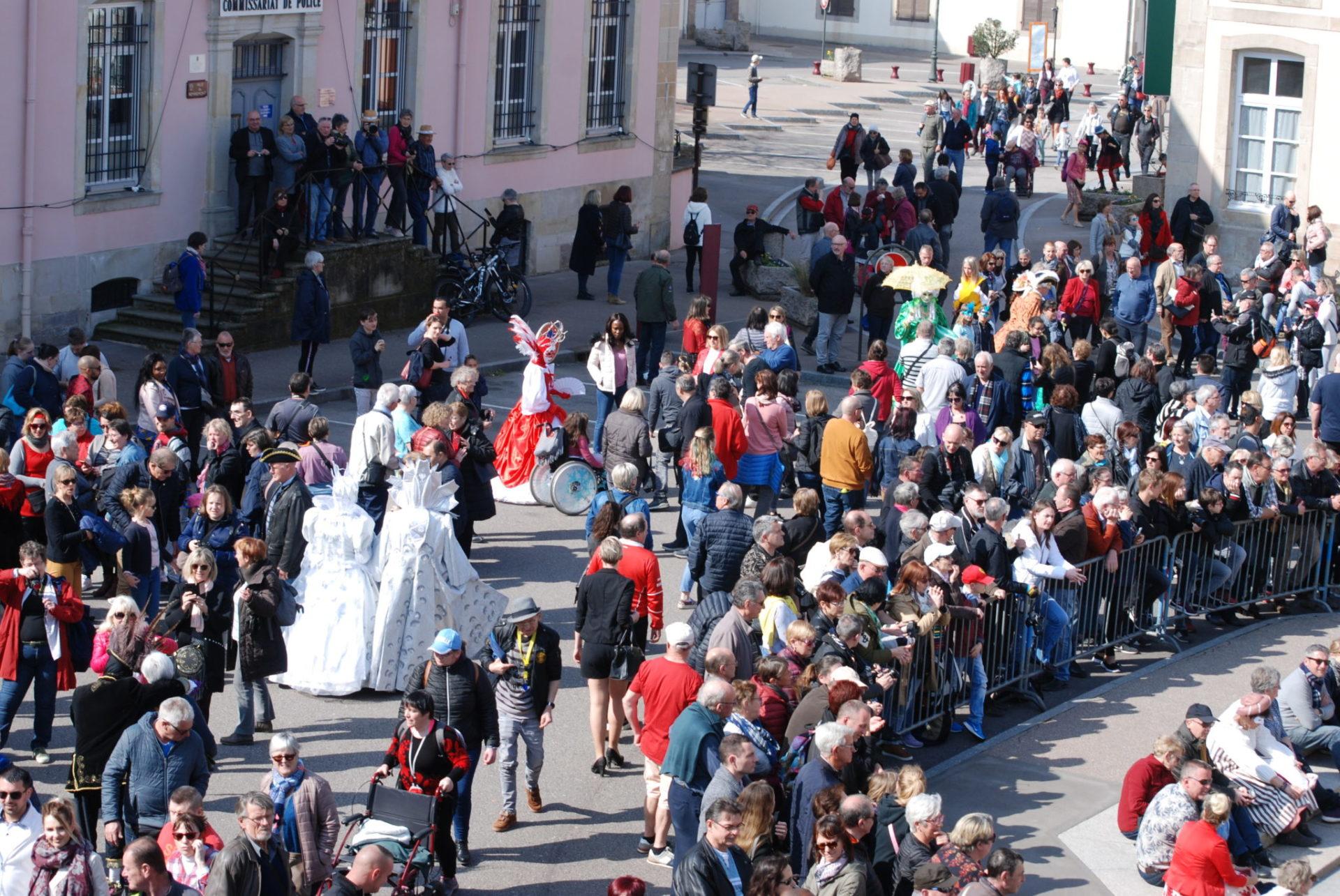 Costumés dans la foule - Photo A.Leclerc