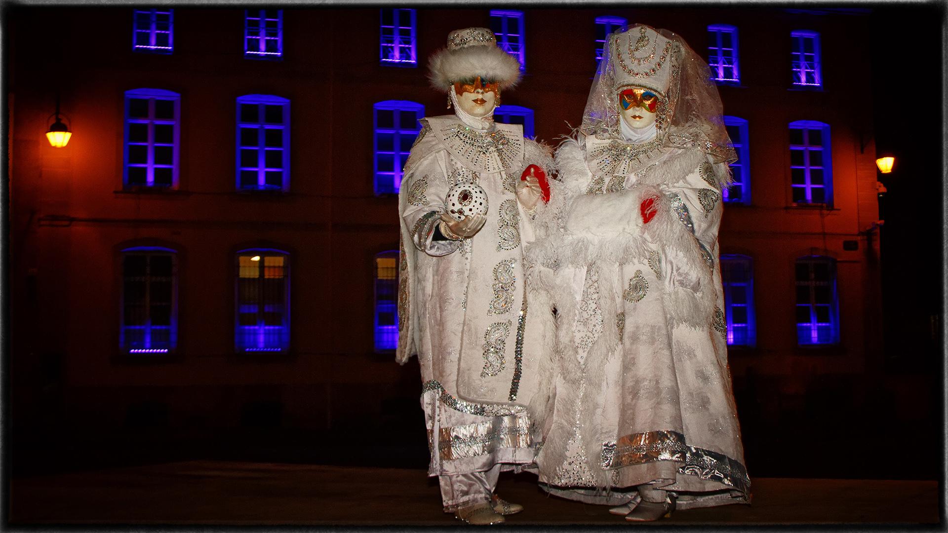 Dans la nuit devant la mairie de Remiremont - Photo J.Monnin