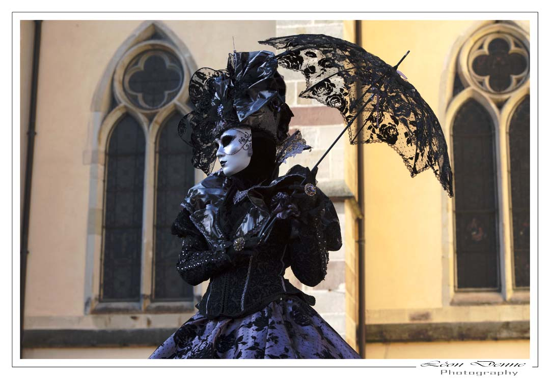 Masque et ombrelle - Photo L.Denne