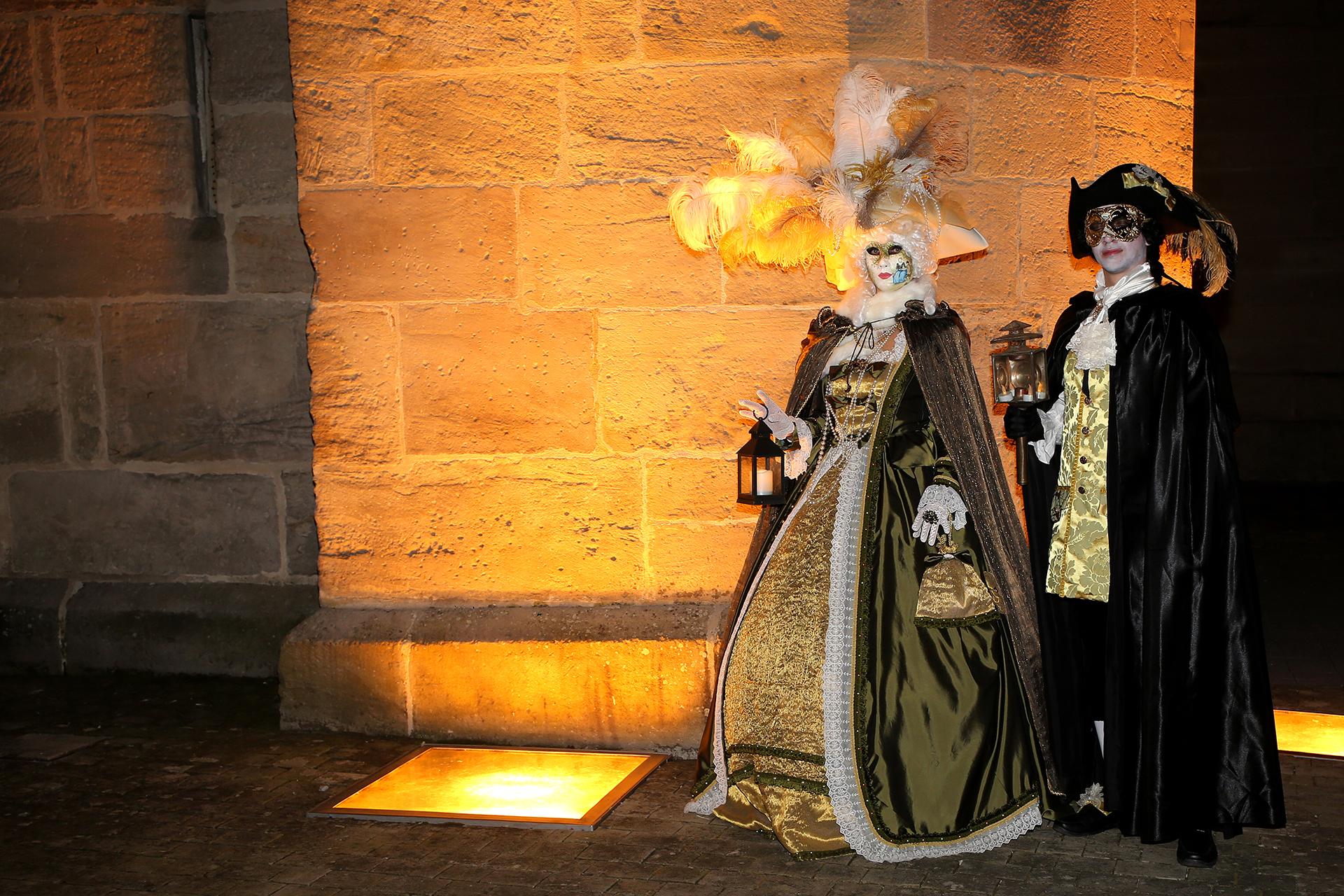 Lanterne et jeu de lumière devant l'abbatiale- Photo Blandine et Francis Aubertin