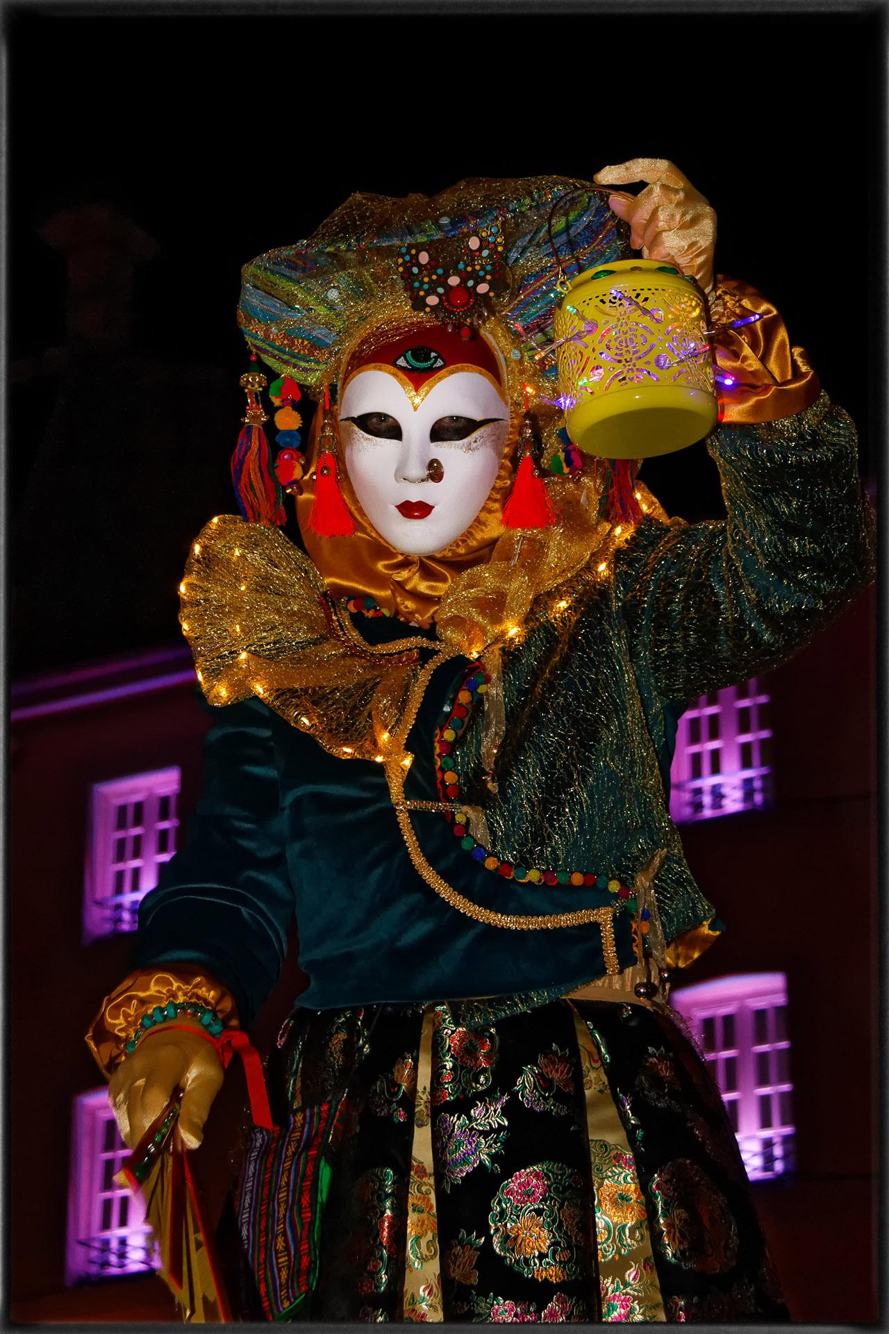 La dame à la lanterne - Photo J.Monnin