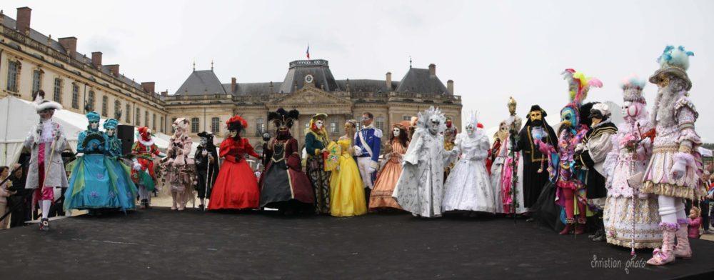 Costumés devant le chateau de Lunéville - Photo J Prod'Homme
