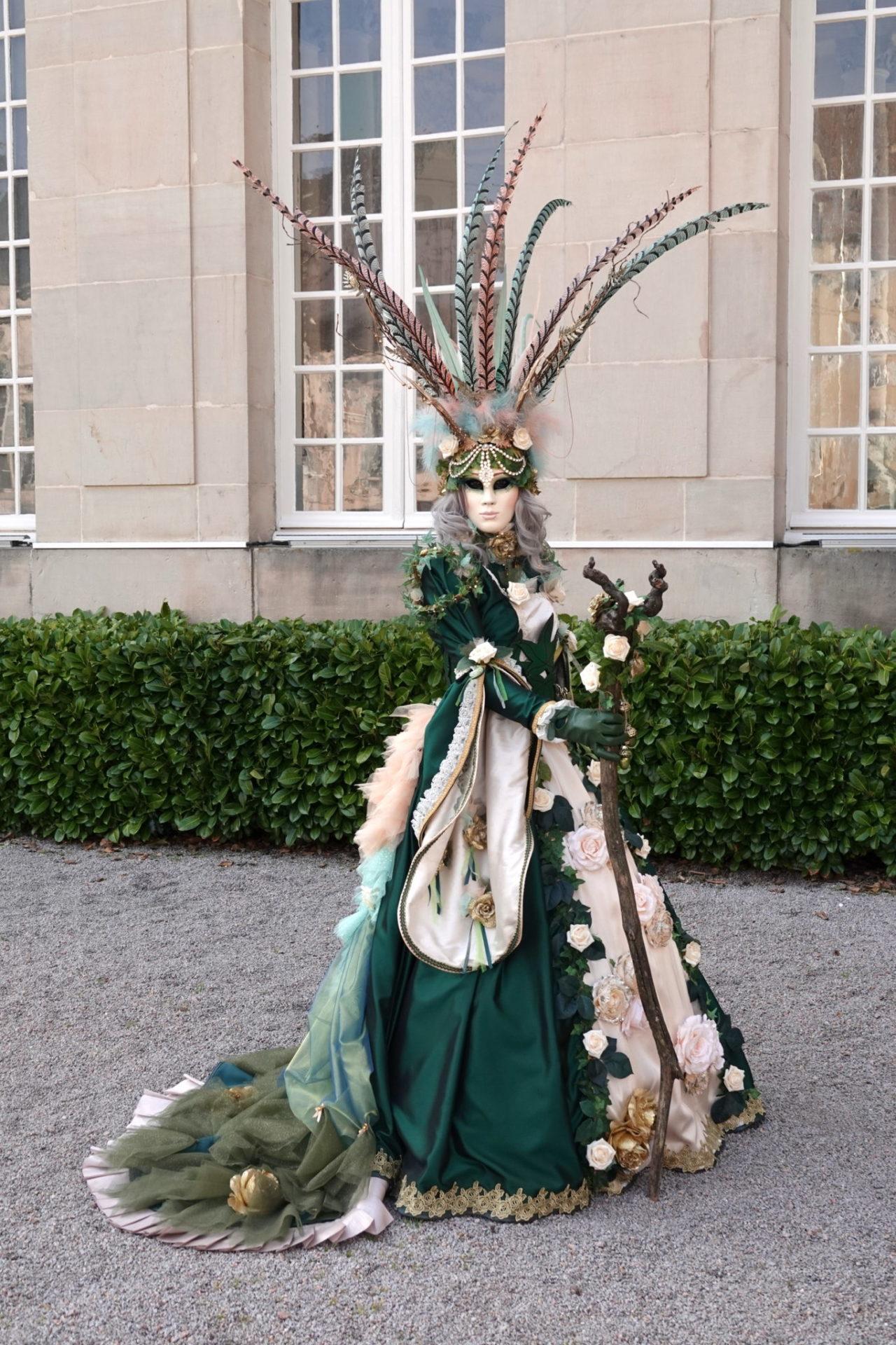 Costume Forêt de plumes et roses ivoires - Photo Ingrid et Arno Martini