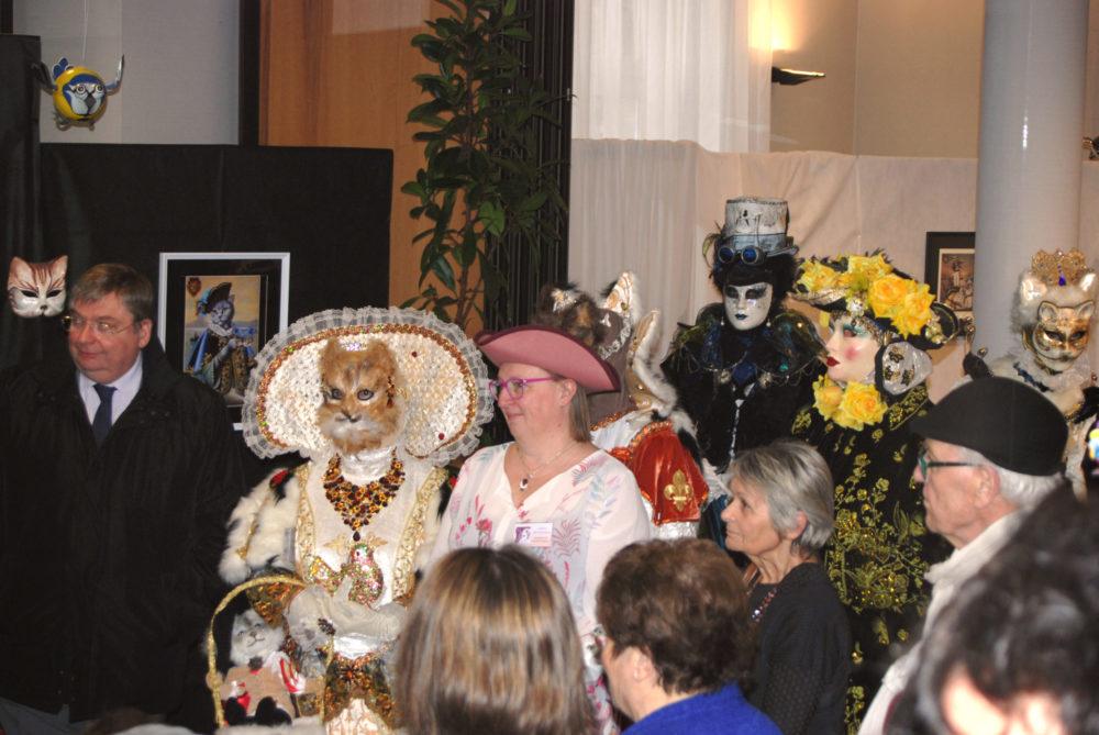 La Présidente entourée des costumés - Photo AL
