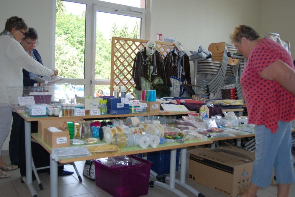 Rubans, paillettes, perles.. pleins d'accessoires pour les costumes - Photo AL