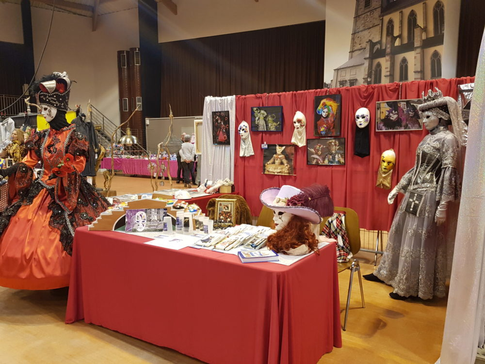 Salon Art et artisanat Remiremont, Stand sur fond rouge et or- Photo AL