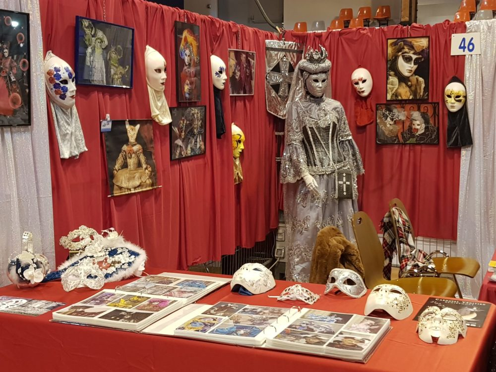 Stand de l'association, masques et photos- Photo AL