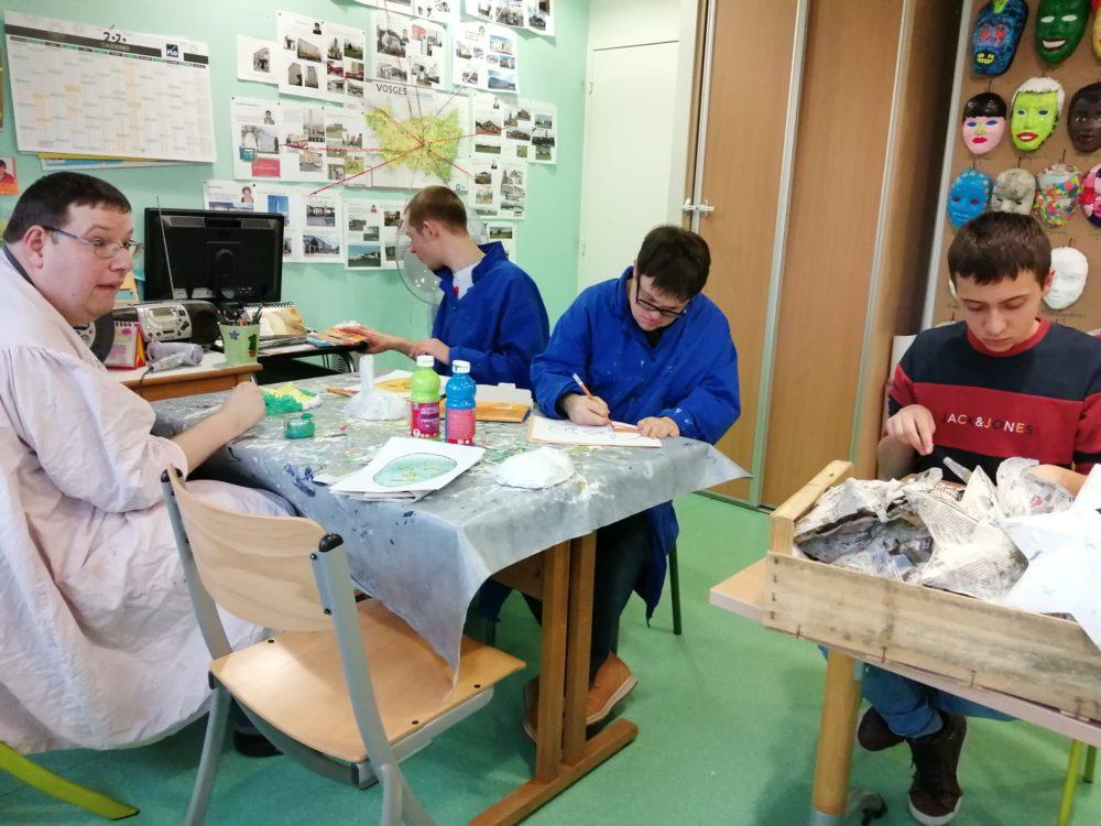 Atelier papier maché et peinture pour l'expo du carnaval vénitien Remiremont 2020