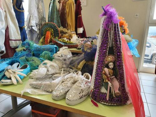 carnaval-venitien-reliremont-brocante-chaussures-chapeaux-gants