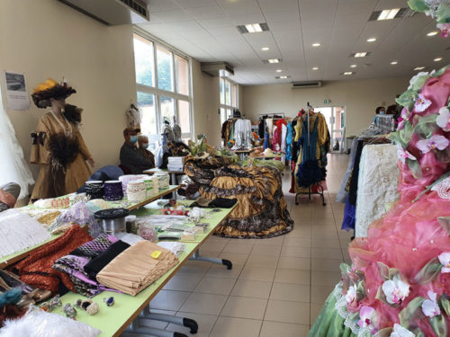carnaval-venitien-reliremont-brocante-tissus-costumes-perles-galons