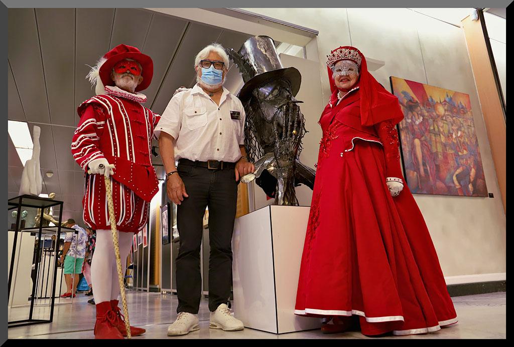 carnaval-venitien-remiremont-vittel-2021-costumes en rouge-scuplture