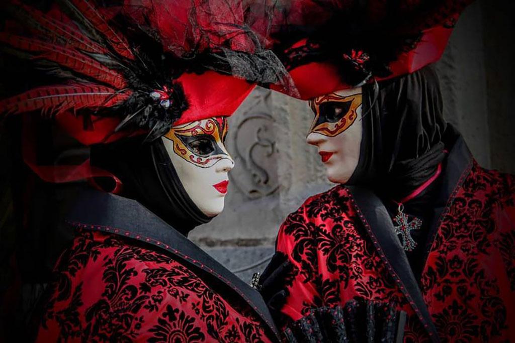 carnaval-venitien-remiremont-couple-costumes -noir et rouge-regard-photo-Nelson JILAVYAN