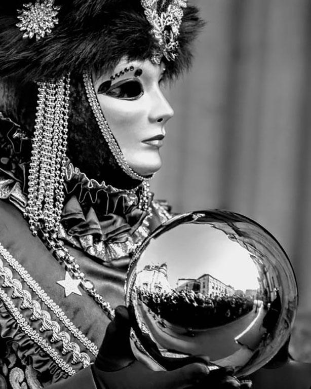 carnaval-venitien-remiremont-costume et avec boule argentee-photo-noir et blanc-Nelson JILAVYAN