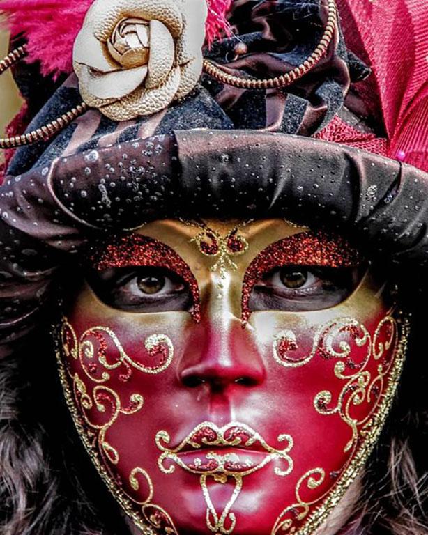 carnaval-venitien-remiremont-photo-costume-masque-noir et rouge-de-Nelson-JILAVYAN
