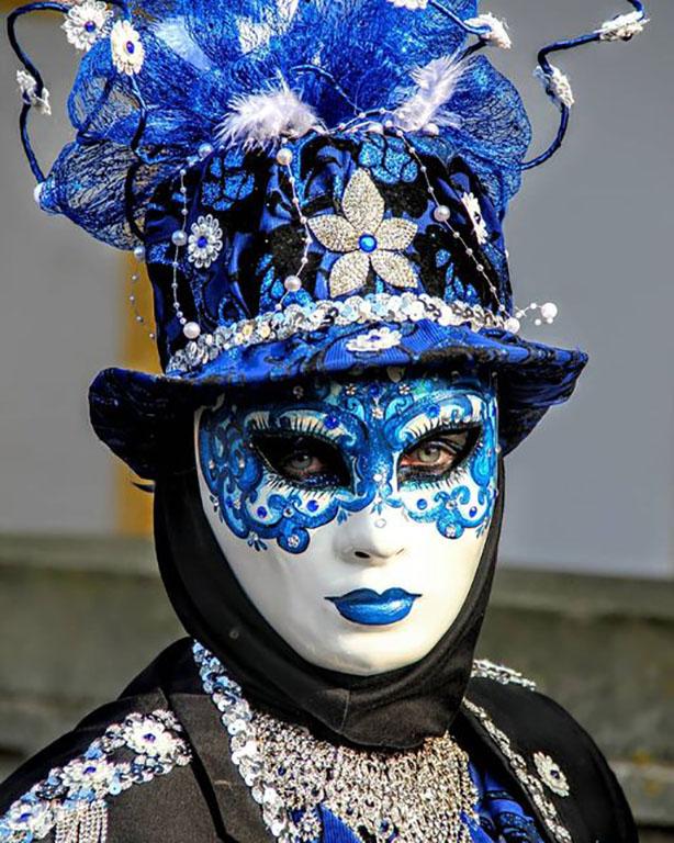 carnaval-venitien-remiremont-photo-costumee-en-bleu-noir-et-argent-de-Nelson-JILAVYAN