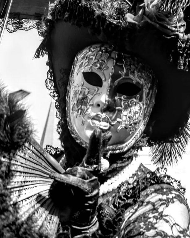 carnaval-venitien-remiremont-photo-costumee-eventail-et-plume-en-noir-et-blanc-de-Nelson -JILAVYAN